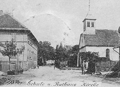 Pfaffenroter Ortsmitte - links die alte Schule und rechts die St. Wendelin Kapelle 1899